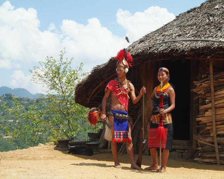 Nagalandshia und longshaw vorm haus